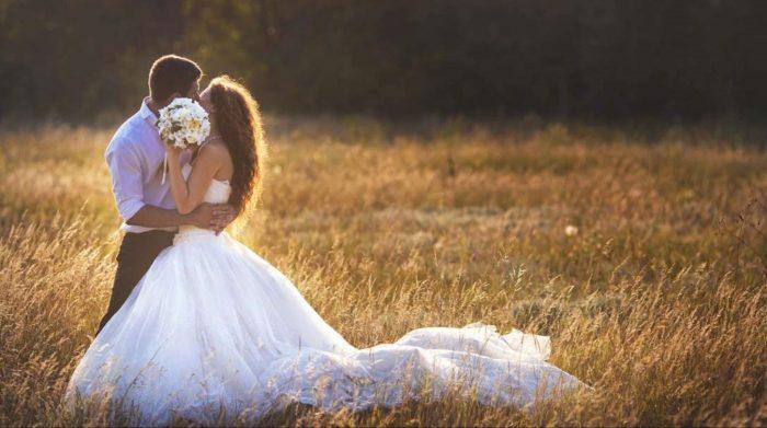 Auguri di matrimonio. Bacio sposi