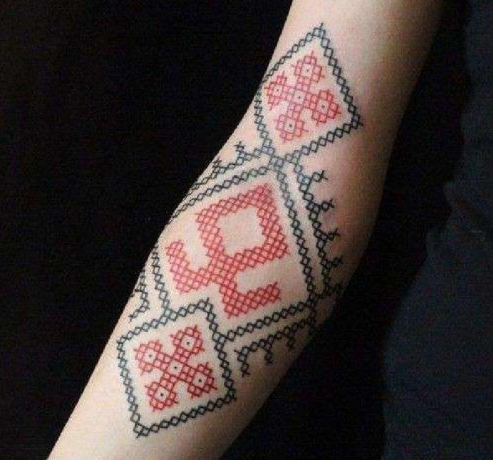 tatuaggi braccio donna punto croce